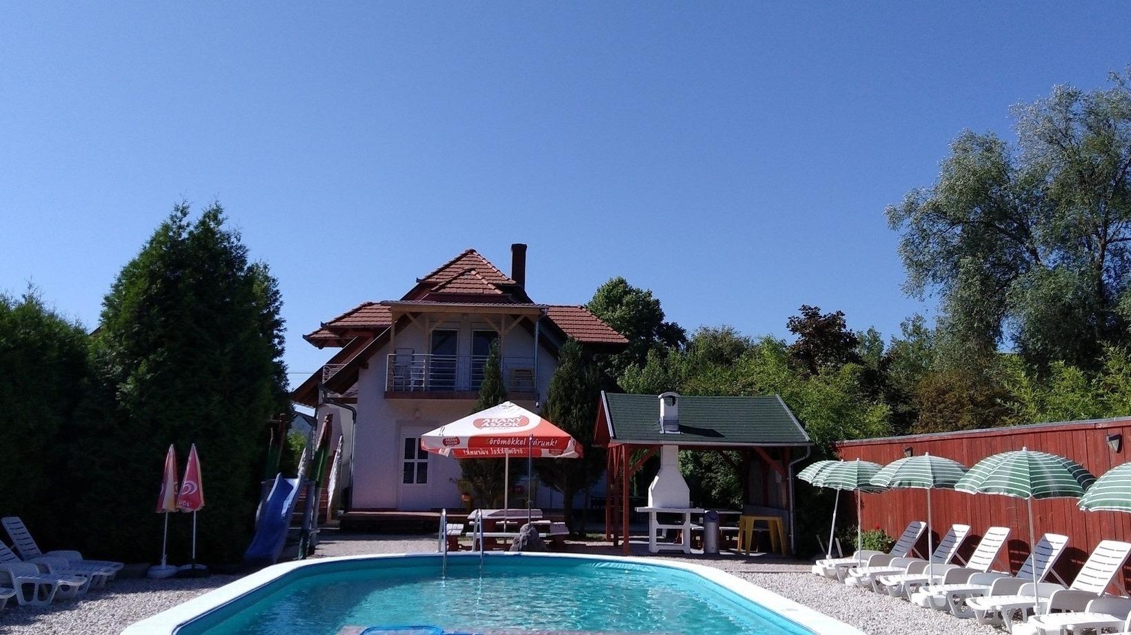 Ferienhaus direkt am See mit Pool, WLAN, Spielplat